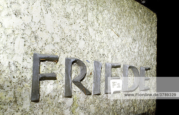DEU  Deutschland: Ein Grabstein mit der Aufschrift Friede einem Friedhof in Muenchen. DEU, Deutschland: Ein Grabstein mit der Aufschrift Friede einem Friedhof in Muenchen.