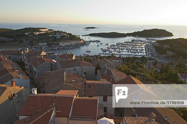 Vrsar Istrien Kroatien Blick von der Altstadt über den Hafen