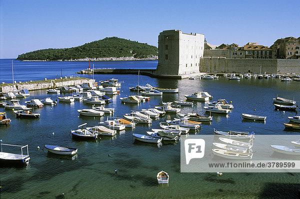 Dubrovnik Süddalamatien Kroatien Stadthafen mit Fort St. Ivan