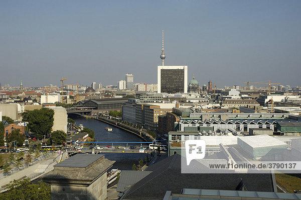 Blick über Berlin nach Osten von der Kuppel des Reichtagsgebäudes  Berlin  Deutschland