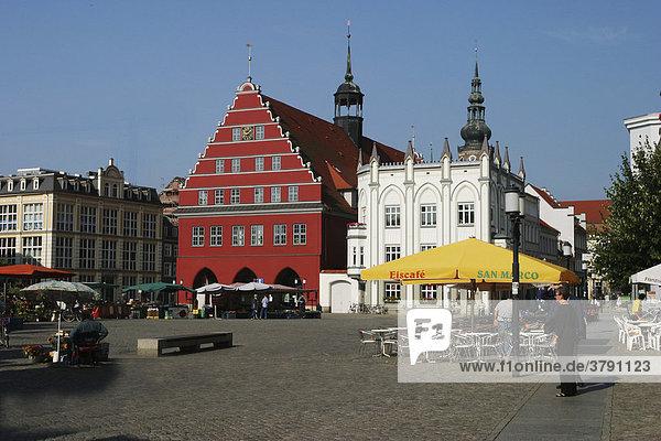 BRD Deutschland Mecklenburg Vorpommern Greifswald Zentrum mit Marktplatz und Rathaus Straßencafe mit gelbem Schirm