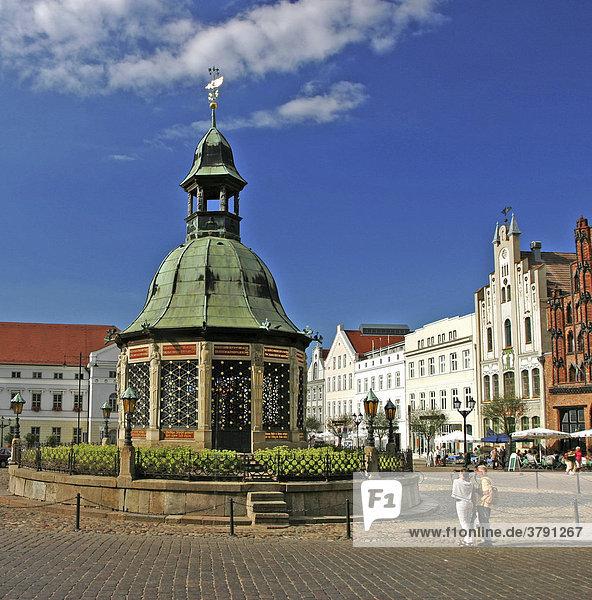 BRD Deutschland Mecklenburg Vorpommern Hansestadt Wismar am Marktplatz mit Wasserkunst Türmchen Historische Altstadt