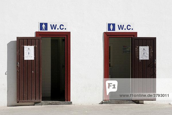 Toiletteneingänge im Hafen von San Sebastian Spanien
