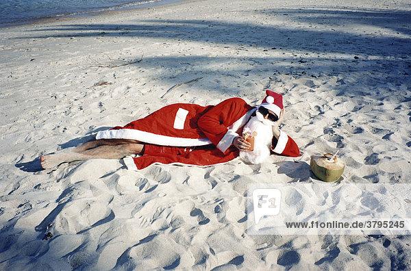Weihnachtsmann relaxed am Strand