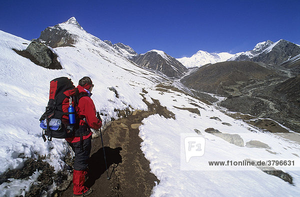 Frau wandert bei Machermo Nepal