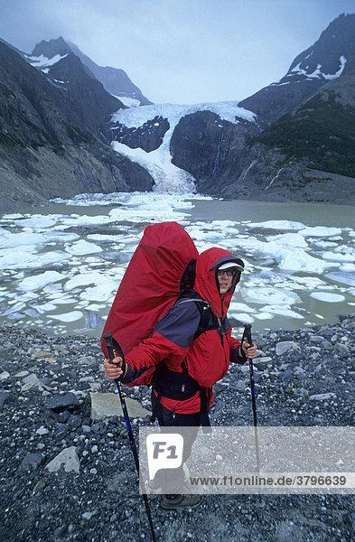 Frau wandert am Glaciar Los Perros im Nationalpark Torres del Paine Chile