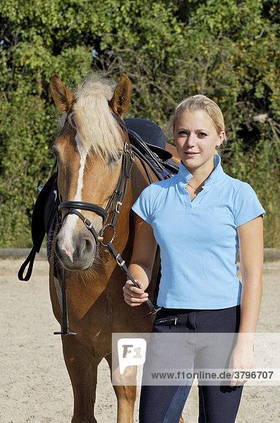 16jährige Reiterin mit Haflinger