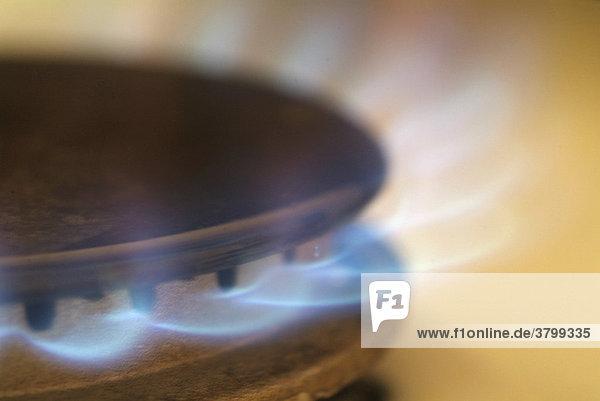 Kochen mit Gas / Erdgas auf einem Gasherd  Gasflamme mit blauer Flamme.