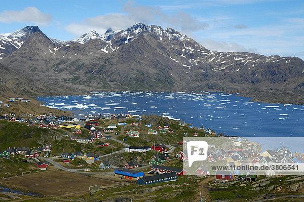 Aussicht auf bunte Häuser der Stadt Ammassalik am Kong Oscars Havn Ostgrönland