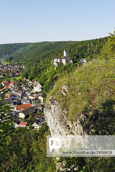 Kipfenberg Kreis Eichstätt Oberbayern Deutschland im Altmühltal Burg und Ort vom Michaelsberg