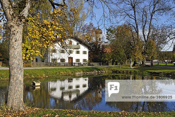 Oberlaindern Kreis Miesbach Oberbayern Bayern Deutschland Dorfweiher mit der Filialkirche St. Korbinian