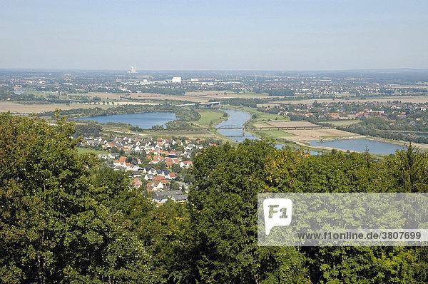 Ausblick von dem Kaiser Wilhelm Denkmal an der Porta Westfalica  Weser  Teutoburger Wald  NRW  Nordrhein Westfalen  Deutschland