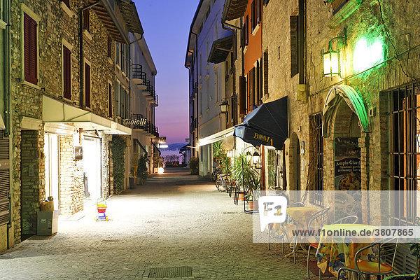 Im Frühling sind die Lokale am Abend noch wenig besucht Sirmione  Gardasee  Italien
