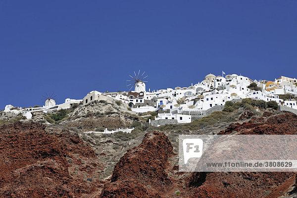 Der westliche Teil von dem Ort Oia vom Hafen Ammoudi aus  Oia  Santorin  Griechenland
