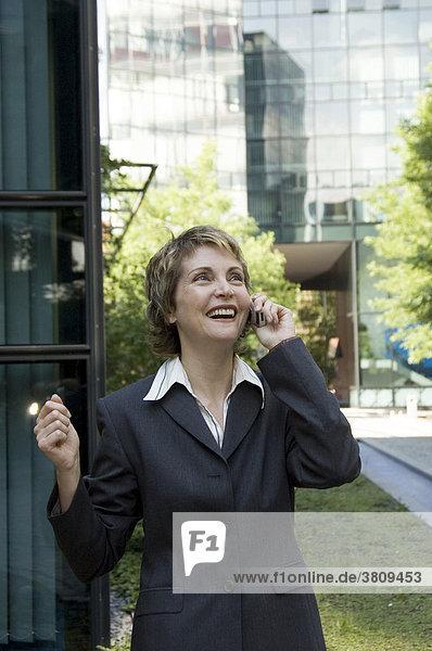 Geschäftsfrau mit Handy   40 - 50 Jahre