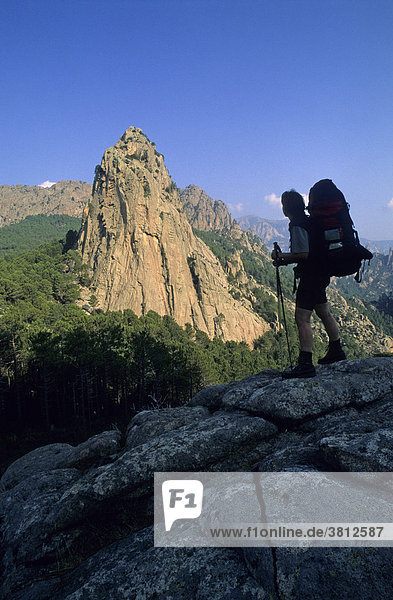 Bergsteigerin vor der Punta di i Paliri am Wanderweg GR 20 Korsika Frankreich