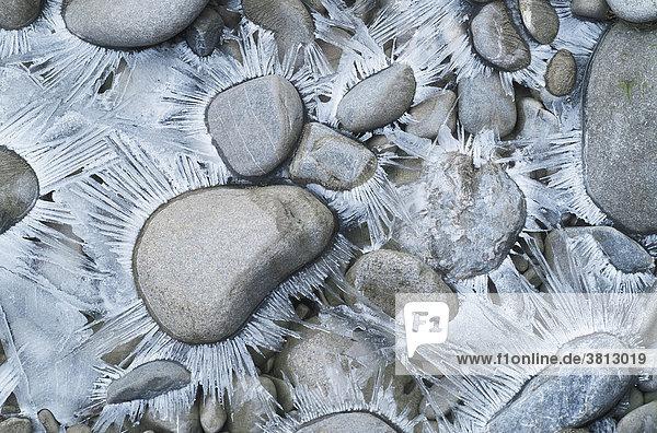 Bizarre Eisbildungen um Kieselsteine herum