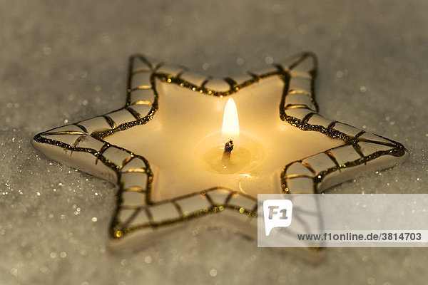 Brennende Kerze in der Form eines Sternes