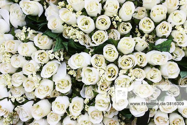 Weisse Rosen aus Kunststoff