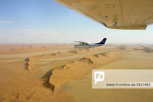 Afrika  Namibia  Luftbild der Wüste und Cessna 210 Flugzeug Afrika, Namibia, Luftbild der Wüste und Cessna 210 Flugzeug
