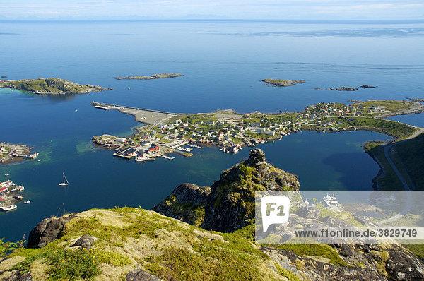 Blick auf Reine von oben Moskenesöya Lofoten Norwegen