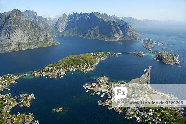 Blick vom Reinebringen auf Reine und den Reinefjord mit Bergen Moskenesöy Lofoten Norwegen