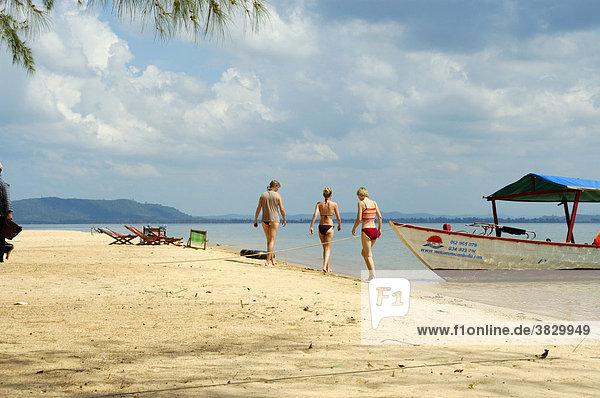Drei junge schlanke Frauen am Sandstrand vor Boot Bamboo Island Sihanoukville Kompong Som Kambodscha