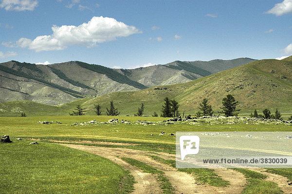 Hauptstraße Feldweg durch Steppe vor Gebirgszug zum Orkhon Wasserfall Mongolei