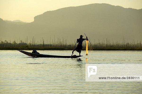 Beinruderer Fischer in seinem Boot mit Netz auf dem Inle See Shan State Burma