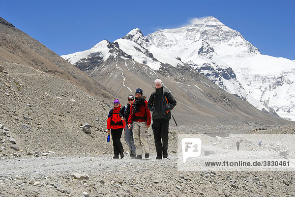 Vier Trekker nebeneinander vor Mt. Everest Chomolungma Everest Base Camp Tibet China