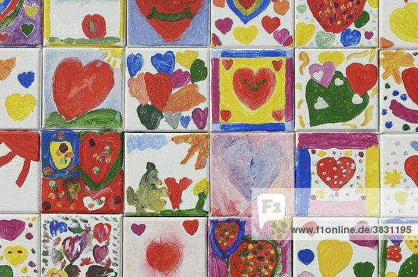 Mosaik aus gemalten Kinderbildern mit Herzen