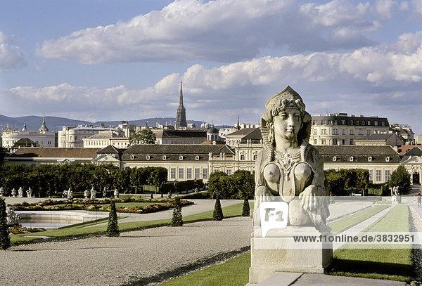 Sphinx im Belvederegarten mit Blick auf das untere Schloß  Belvedere - Wien - Österreich