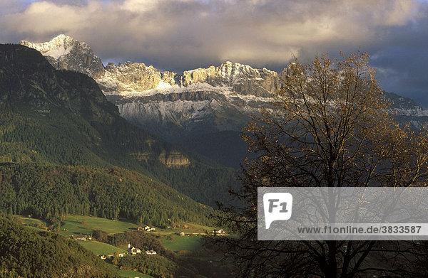 Italien Südtirol Eisacktal   Blick von Unterinn ( Ritten ) zum Rosengarten ( Dolomiten )