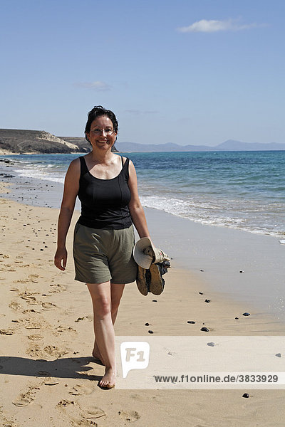 Frau läuft barfuß   Playa de Sotavento   Jandia   Fuerteventura   Kanarische Inseln