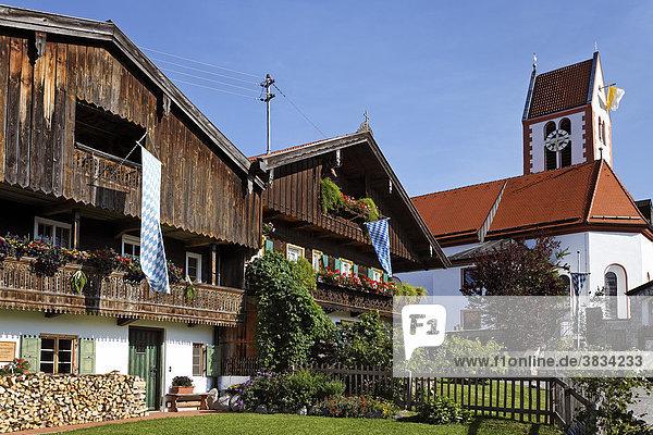 Bauernhäuser und Kirche in Wackersberg   Isarwinkel   Oberbayern