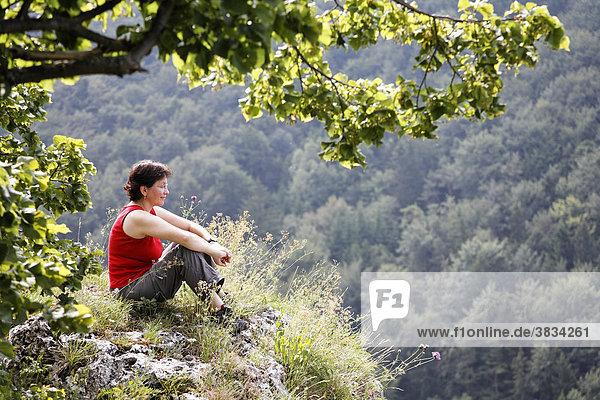 Frau auf Kopffelsen über Mühlbach   Altmühltal   Oberpfalz   Bayern