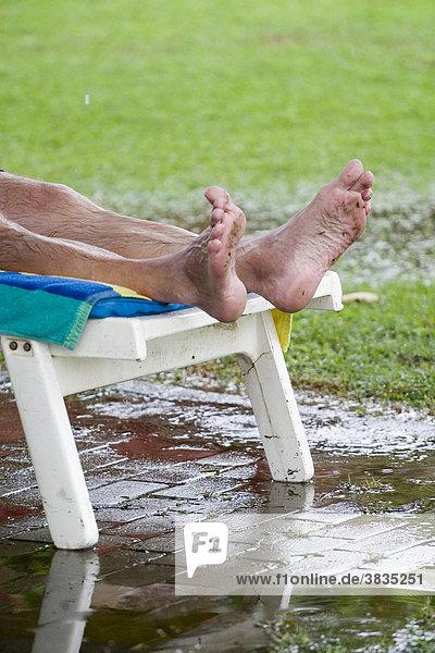 In einer Hotelanlage nach einem kurzen tropischen Regenschauer In einer Hotelanlage nach einem kurzen tropischen Regenschauer