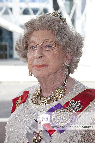 Drag Queen verkleidet als Queen Elizabeth II.  Pride London 2010  Gay Love Parade  homosexueller Straßenumzug  London  England  Großbritannien  Europa