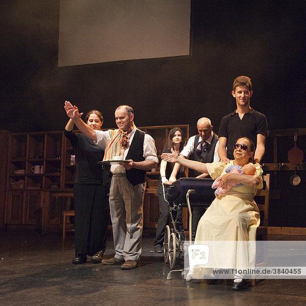 Schwerbehinderte Schauspieler mit Helfern bei einer Aufführung  taubblinde israelische Theatergruppe Nalaga'at  die einzige taubblinde Theatergruppe der Welt  London  England  Großbritannien  Europa