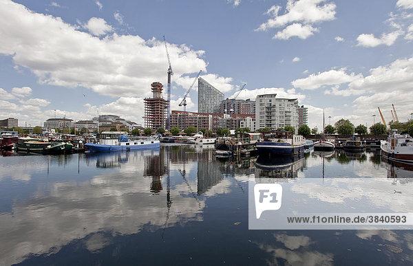 Neue Wohnhäuser und Bürogebäude werden gebaut in Canary Wharf  dem neuen Finanzzentrum in den Docklands von London  England  Großbritannien  Europa