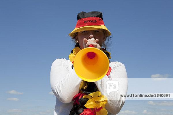Junge Frau mit Vuvuzela  schwarz rot gold  FIFA Weltmeisterschaft 2010