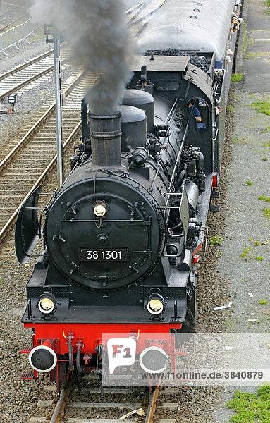 Dampflokomotive Nr. 38 1301 mit einem Zug bei der Abfahrt von Neuenmarkt zur Schiefe Ebene Steilstrecke  Franken  Bayern  Deutschland  Europa