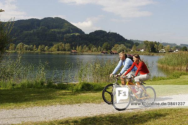 Radfahrer  Biker am Kochelsee  Oberbayern  Bayern  Deutschland  Europe