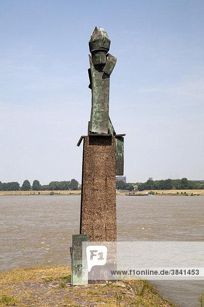 St. Nikolaus  Statue am Rheinufer  Mühlenweide  Ruhrort  Duisburg  Ruhrgebiet  Nordrhein-Westfalen  Deutschland  Europa St. Nikolaus, Statue am Rheinufer, Mühlenweide, Ruhrort, Duisburg, Ruhrgebiet, Nordrhein-Westfalen, Deutschland, Europa