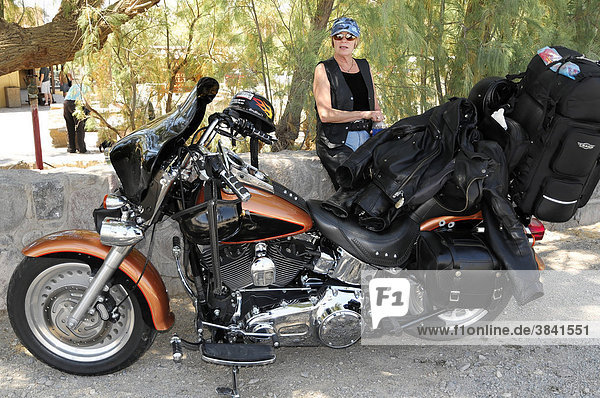 Touristin mit Motorrad unterwegs  Death Valley Nationalpark  Kalifornien  USA  Nordamerika