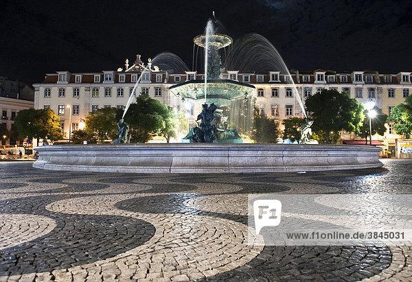Brunnen und Wellenmuster im Pflastersteinbelag auf dem Platz Rossio  auch Praca Dom Pedro IV.  Lissabon  Portugal  Europa