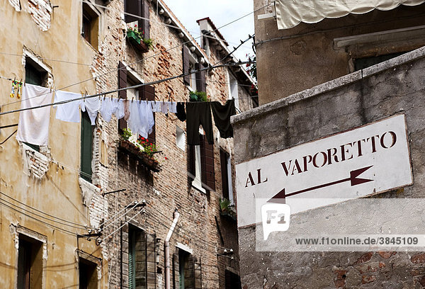 Hinweisschild auf Schiffshaltestelle  Vaporetto  Calle dei Morti  Stadtviertel S. Polo  Venedig  Venetien  Italien  Europa