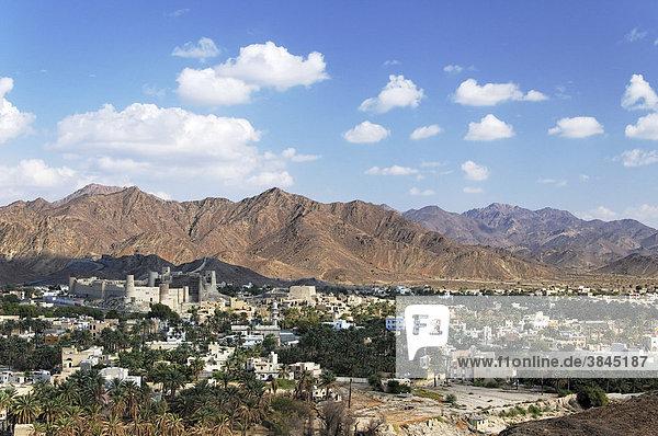 Blick auf Bahla mit Fort  Oman  Naher Osten