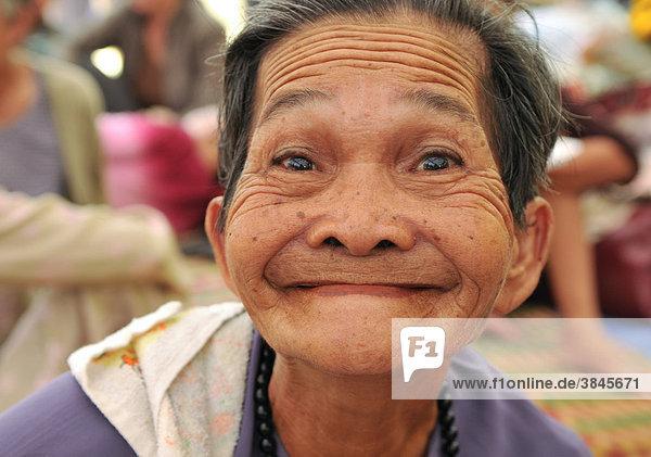 Alte Frau schneidet Grimasse  Vietnam  Südostasien