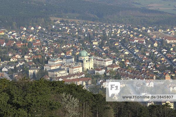 Blick auf Margaretenkirche  Aussichtswarte Guglzipf  Berndorf  Triestingtal  Niederösterreich  Österreich  Europa